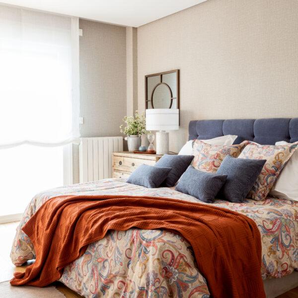 Vivienda-interiorismo-construccion_Reformas-decoracion-dormitorio-principal-cabecero-tapizado_NATALIA-ZUBIZARRETA-INTERIORISMO_Vizcaya